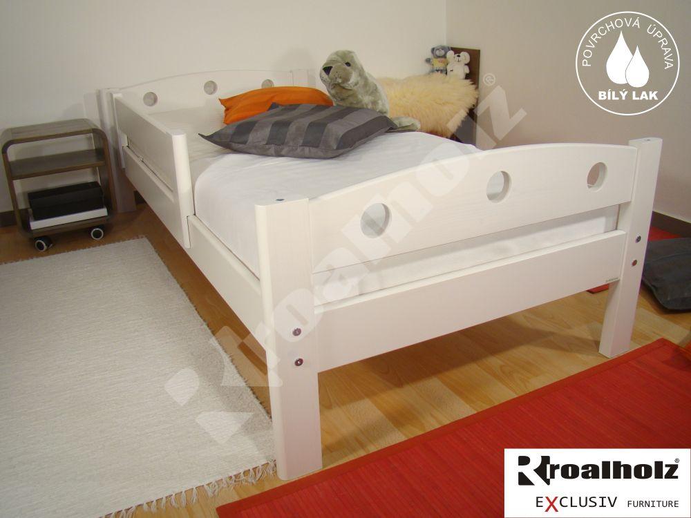 Dětská bílá postel se zadní zábranou z masivu FIJA A 90x200, bílé jednolůžko ROALHOLZ